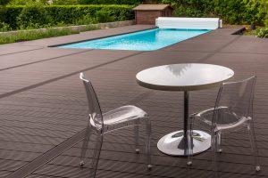 table au bord de la piscine